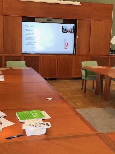 Bord med utbildningsmaterial och en tvskärm som visar en utbildning
